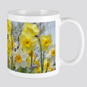 White and yellow daffodils Mugs